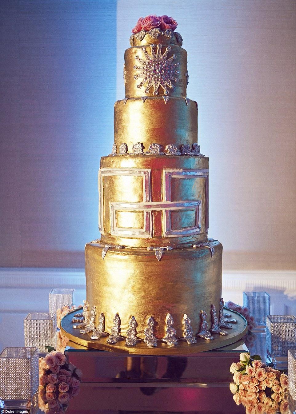 Chiếc bánh cưới được dát vàng lộng lẫy.