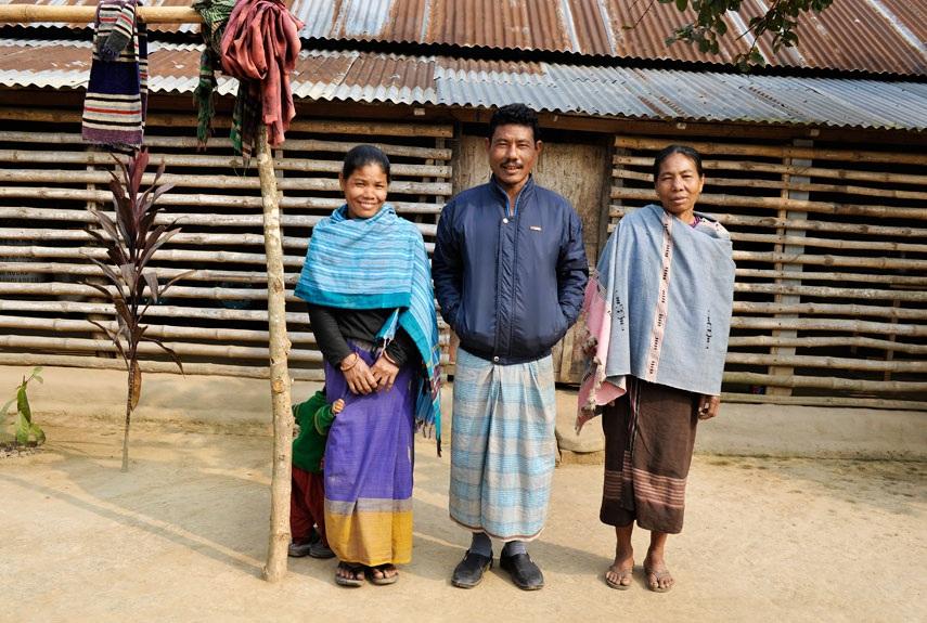 Hai mẹ con Orola và người chồng chung