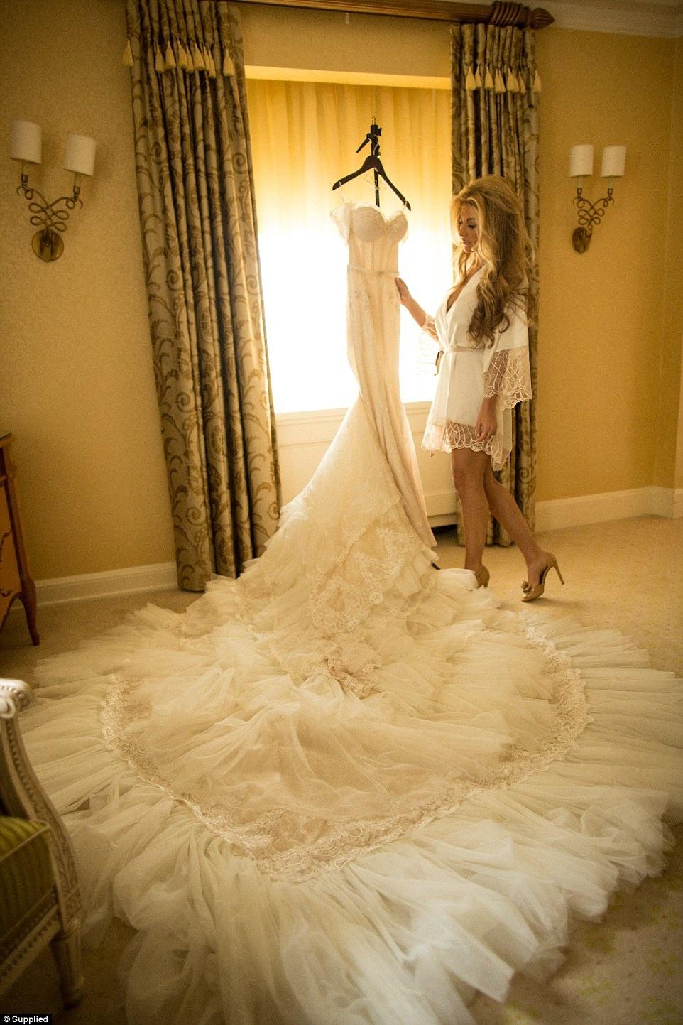 Cô dâu khoác lên mình bộ váy cưới hàng hiệu Inbal Dror và dày hãng Jimmy Choo