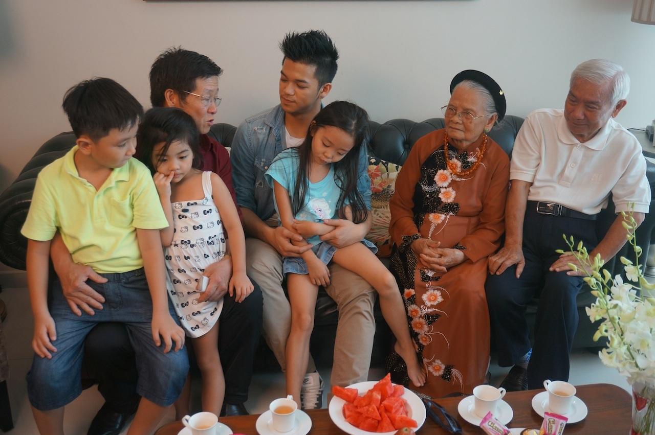 Trọng Hiếu cũng hạnh phúc khi hội ngộ cùng gia đình