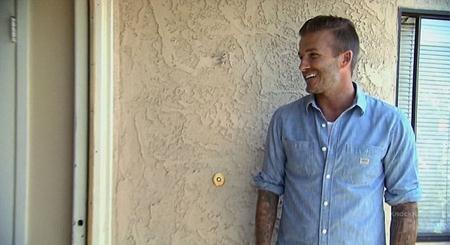 """David Beckham """"rình mò"""" bên ngoài một gia đình"""