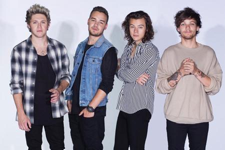 Louis phấn khích khi bốn thành viên One Direction đoàn tụ