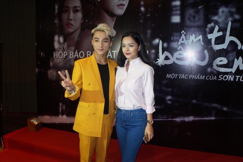 Ca sĩ Quỳnh Anh cũng có mặt để hỗ trợ cho chồng - đạo diễn Quang Huy tổ chức buổi họp báo.