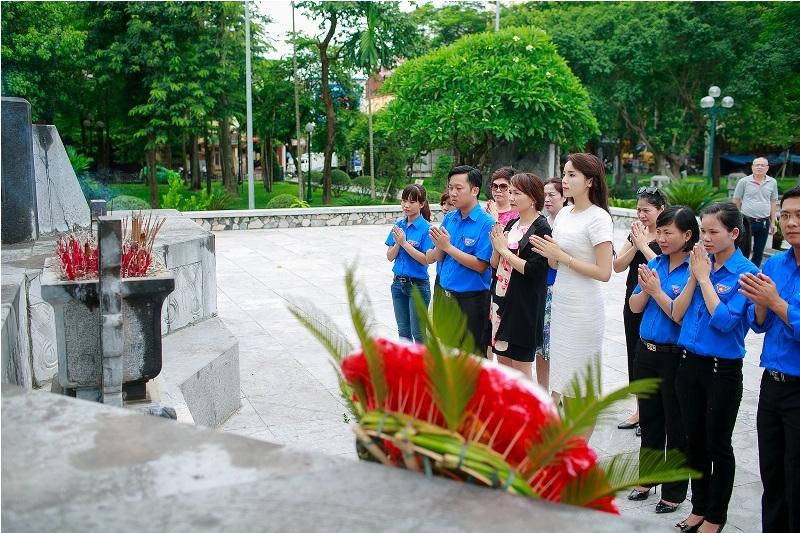 Mang hoa đến thắp hương tại đài tưởng niệm