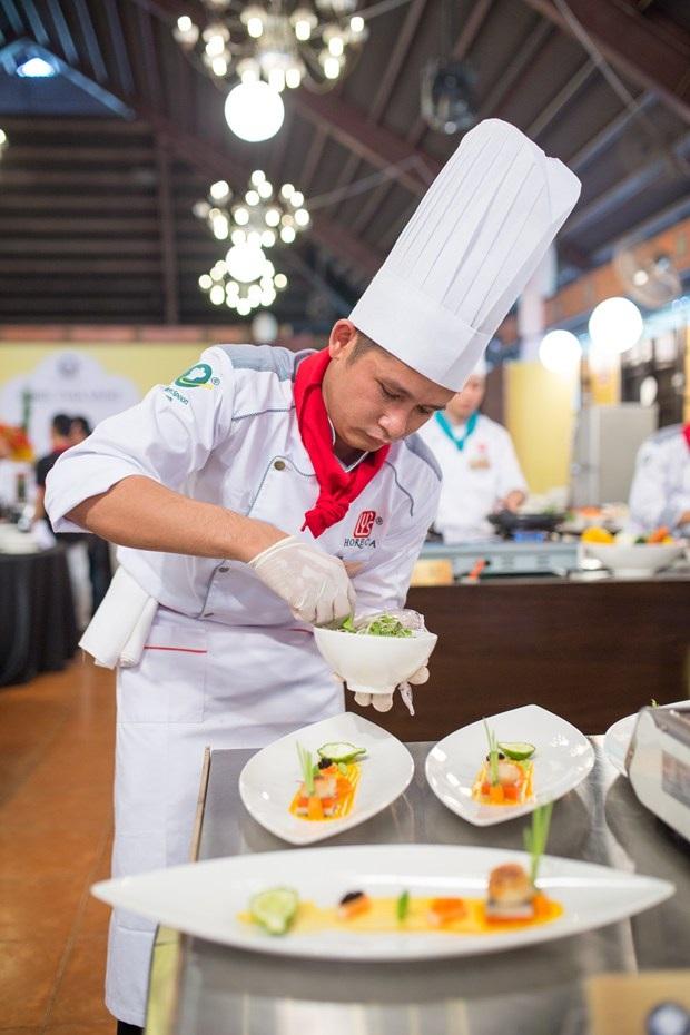 Đầu bếp Anh Duy (Khu du lịch Bình Qưới 1) biến tấu món sò điệp sốt muối é
