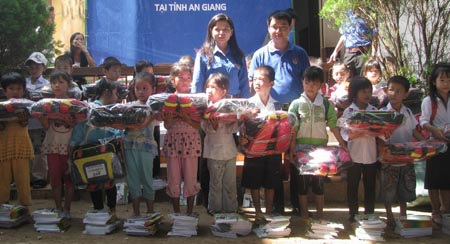"""""""Một triệu cuốn vở..."""" đến với học sinh nghèo vùng lũ An Giang - 2"""