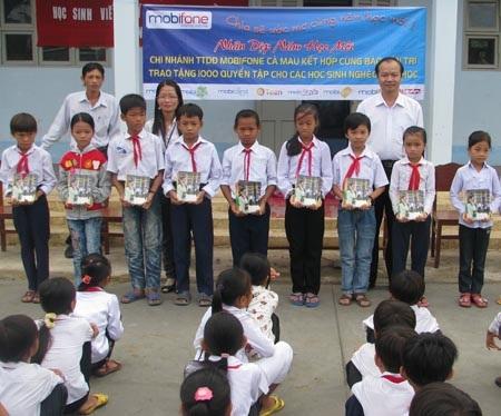 """Hành trình """"Một triệu cuốn vở…"""" đến với học sinh nghèo Cà Mau - 2"""