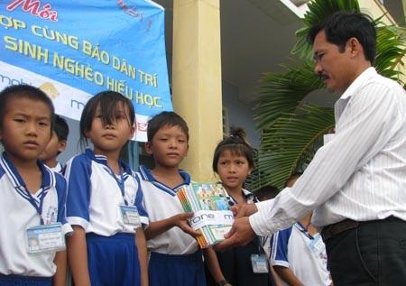 """Hành trình """"Một triệu cuốn vở…"""" đến với học sinh nghèo Cà Mau - 5"""