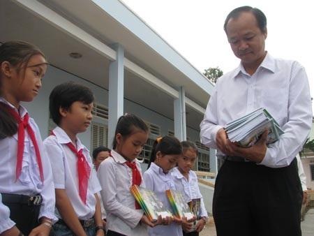 """Hành trình """"Một triệu cuốn vở…"""" đến với học sinh nghèo Cà Mau - 1"""