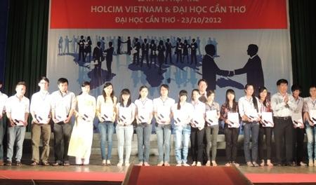Các sinh viên nhận học bổng.