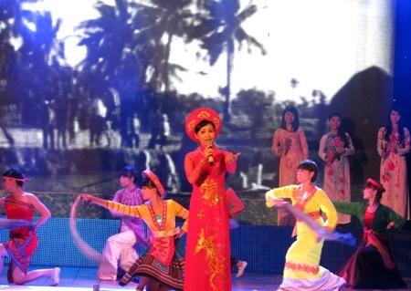 Trang Nhung mở màn chương trình với