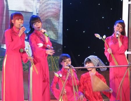 Các cô gái nhóm Dáng Việt duyên dáng thể hiện