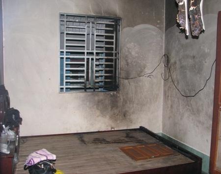 ...và khu vực bên trong phòng bị cháy. (Ảnh: Huỳnh Hải)