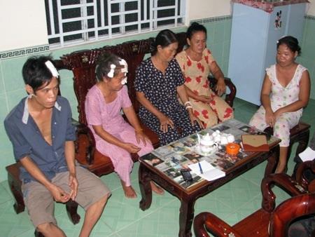 5 nạn nhân bị chém từ trái qua: Nhí, Phe, Hen, Phỉ và Thúy. (Ảnh: Huỳnh Hải)