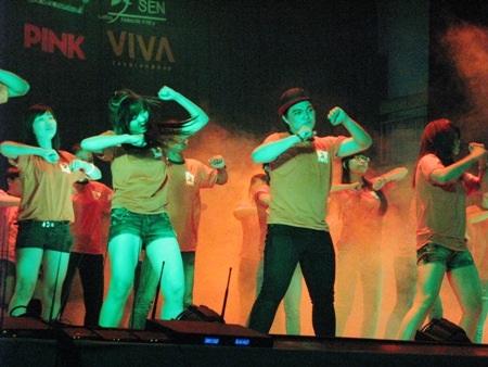 Vũ điệu flashmob sôi động mở màn đêm diễn.