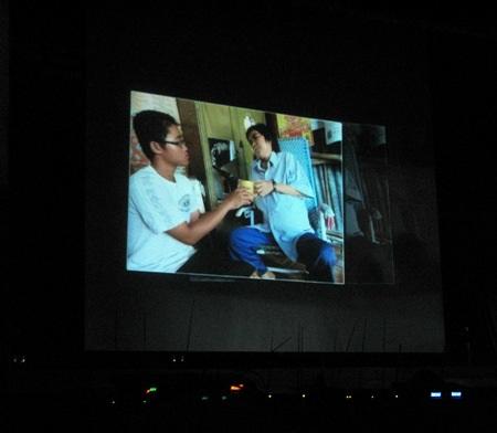 Một hình ảnh trong clip về hoàn cảnh HSSV khó khăn được trình chiếu tại đêm diễn để gây quỹ.