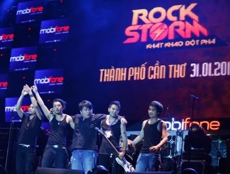 Ban nhạc Oringchains lần đầu tiên đứng trên sân khấu RockStorm tại Cần Thơ.