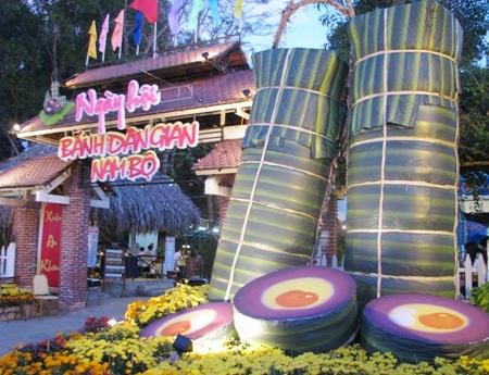 Cổng vào khuôn viên tổ chức ngày hội bánh ấn tượng với mô hình bánh tét khổng lồ.