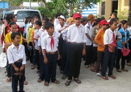 Học sinh nghèo xã Vĩnh Mỹ A, huyện Hòa Bình, tỉnh Bạc Liêu đến nhận quà Tết.