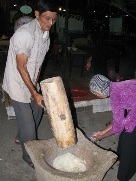 Nhào bánh phòng nước cốt dừa.