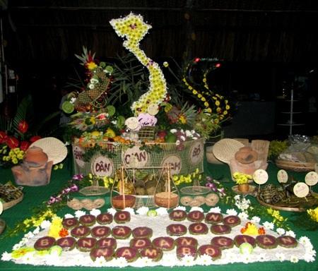 Từng lát bánh tét với nhân được in chữ Chào mừng ngày hội bánh dân gian Nam Bộ.