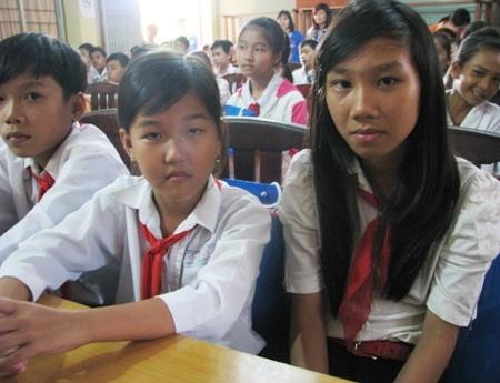Không có điều kiện mua quần áo mới, Tết đối với các em học sinh nghèo phần nào chưa vẹn niềm vui.