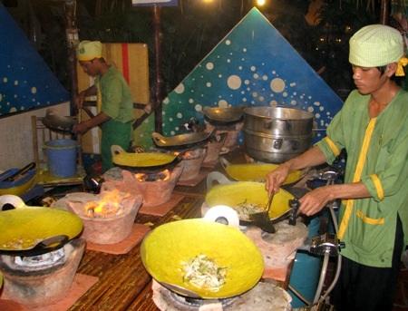Làm bánh xèo, một trong những món bánh đặc trưng của vùng Nam Bộ.