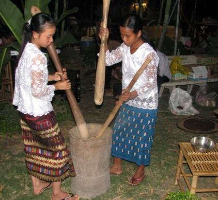 Đâm cốm dẹp, loại cốm đặc trưng của đồng bào Khmer.