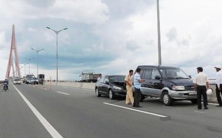 Hai vụ ôtô đâm nhau liên hoàn trên cầu Cần Thơ.