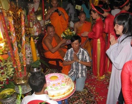 Phật tử dâng bánh, hoa mừng Phật đản tại chùa Viễn Quang.