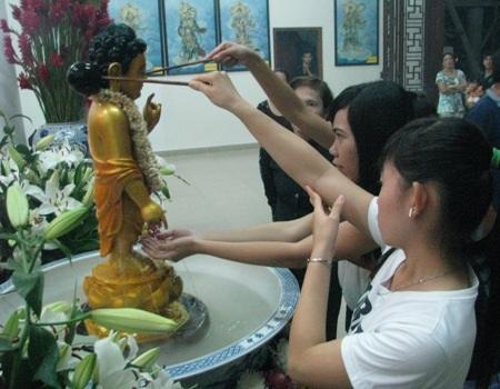 Nhiều Phật tử thành kính tắm Phật cầu may mắn tại chùa Phật học.