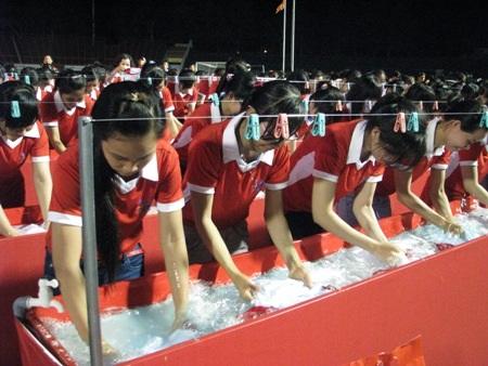 700 phụ nữ tham gia giặt các vết bẩn.