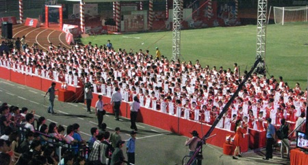 Đại diện tổ chức Guinness Việt Nam đi kiểm tra kết quả.