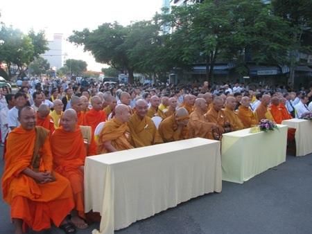 Lễ mừng Phật đản tại Cần Thơ với sự tham dự của đông đảo phật tử và chư tăng.