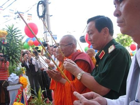 Thắp hương, thả bong bóng cầu cho quốc thái dân an tại buổi lễ.