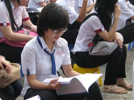 Tranh thủ xem lại bài trước khi vào thi. (Ảnh: Huỳnh Hải)