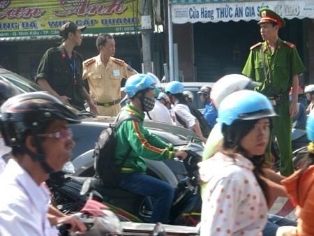 Còn các nam CGST thì phải căng mình ra để điều tiết giao thông.