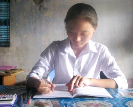 Mỹ Trang đang tích cực ôn tập để bước vào kỳ thi ĐH. (Ảnh: Huỳnh Hải)