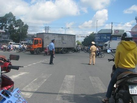 Ngày thi, đường phố quá đông, người dân qua đường phải đến nhờ tình nguyện viên dẫn qua.