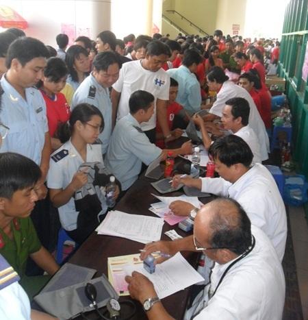 Rất đông đoàn viên, thanh niên Cần Thơ đăng ký tham gia hiến máu tình nguyện.