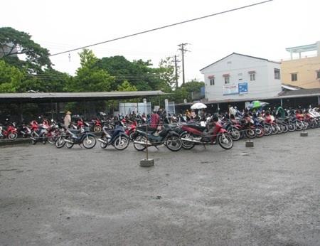 Bãi giữ xe BVĐK tỉnh Bạc Liêu trở nên được quan tâm tại kỳ họp HĐND. (Ảnh: Huỳnh Hải)