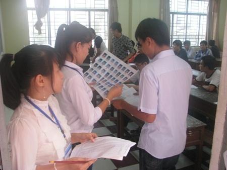 Giám thị gọi tên, kiểm tra nghiêm ngặt giấy báo dự thi của thí sinh.