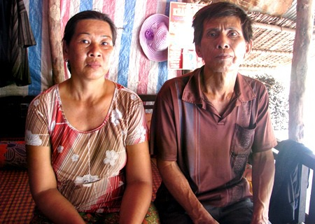 Vợ chồng bà Lệ, ông Hợi đang lâm vào cảnh bế tắc bởi không còn khả năng chữa trị cho con gái nữa.