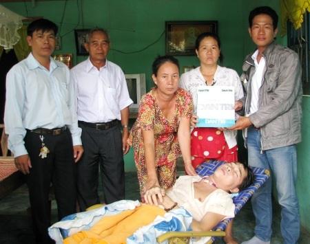 PV Dân trí trao tiền bạn đọc ủng hộ cho gia đình chị Tô Hải Đường.