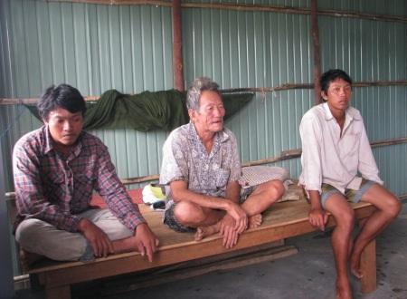 Hai người con trai bà Láng mong muốn được học nghề nhưng mù chữ...