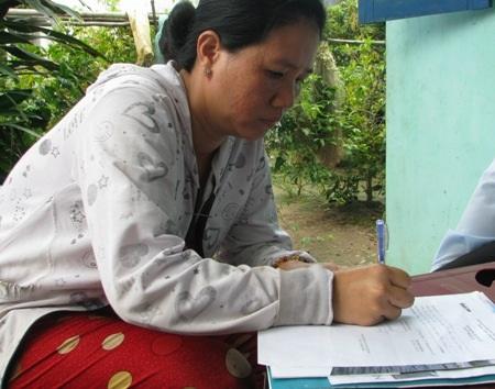 Chị Đường rất xúc động khi nhận số tiền bạn đọc hỗ trợ cho gia đình.