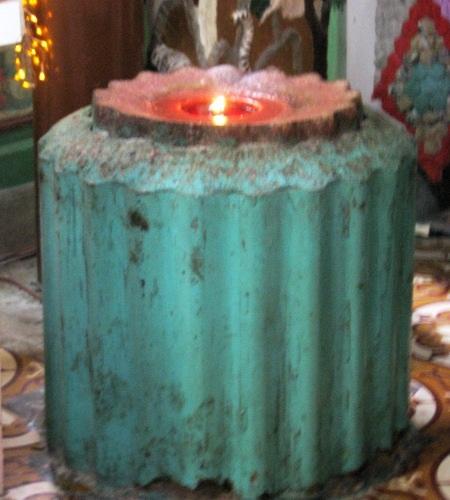 Có 2 cây nến, mỗi cây nặng 100kg đã cháy suốt 43 năm, hiện đã cháy gần hết.