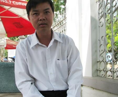 Sau gần 1 năm, ông Lê Quốc Tuấn nhận quyết địnhcủa Sở GD-ĐT Bạc Liêu về việc buộc thôi việc.