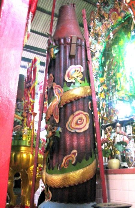 Cây nến nặng 200kg. Hiện tại chùa còn bảo quản 6 cây.