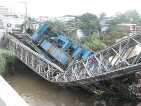 Cầu gãy đôi, chiếc xe cũng đổ sập xuống sông